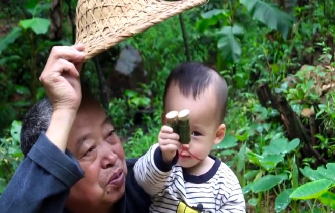 其乐融融!农村老人用竹子给孙儿做鸽哨